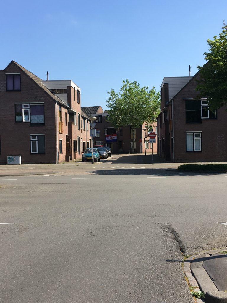 Afbeelding met gebouw, buiten, boom, huis  Automatisch gegenereerde beschrijving